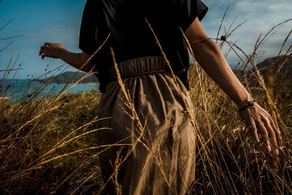 ragazza che corre fra l'erba